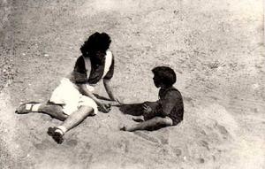 manola-e-hijo-en-la-playa.jpg