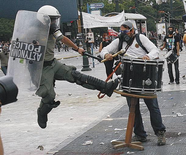 La lucha de Grecia contra el saqueo en unas imágenes de impacto  14-15f2-2-thumb-large