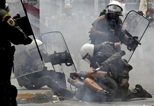 La lucha de Grecia contra el saqueo en unas imágenes de impacto  28893c9ff2d9565fa63520542cba65