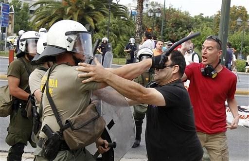 La lucha de Grecia contra el saqueo en unas imágenes de impacto  2c7e345366721fc8dcf39c29d5ca6
