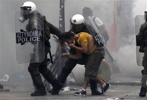 La lucha de Grecia contra el saqueo en unas imágenes de impacto  3148f762fc7a92901145d97842