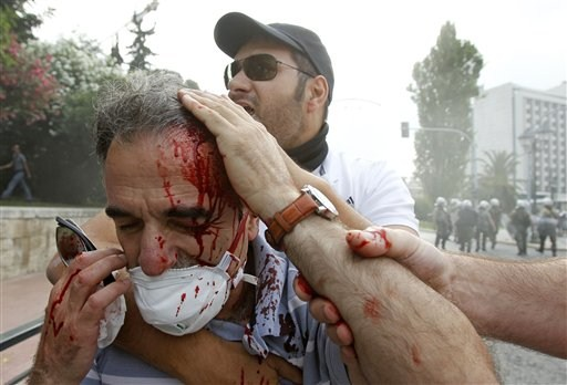 La lucha de Grecia contra el saqueo en unas imágenes de impacto  34533b1fb94cbc1ff765f258d07a