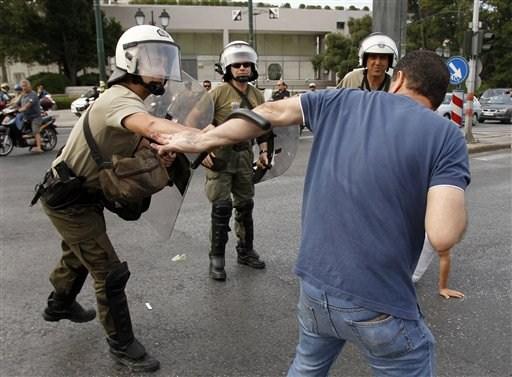 La lucha de Grecia contra el saqueo en unas imágenes de impacto  36383791bdded4858739a076dda0
