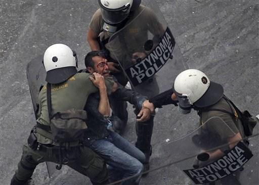 La lucha de Grecia contra el saqueo en unas imágenes de impacto  7cb5b7e2101a467b168a7c86d1995