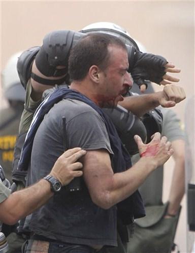 La lucha de Grecia contra el saqueo en unas imágenes de impacto  827f9de01fb331a1fd92d73da8a1