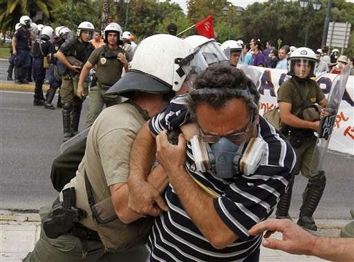 La lucha de Grecia contra el saqueo en unas imágenes de impacto  B7bc2c2b47d26ccc7a1a197c6f4d
