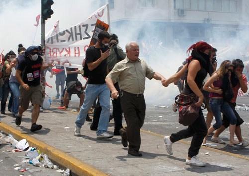 La lucha de Grecia contra el saqueo en unas imágenes de impacto  Cdfdc28f51b36023b4404c3ff0b759