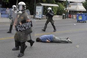 La lucha de Grecia contra el saqueo en unas imágenes de impacto  Cf83cf85cebdcf84ceb1ceb3cebcceb1-15