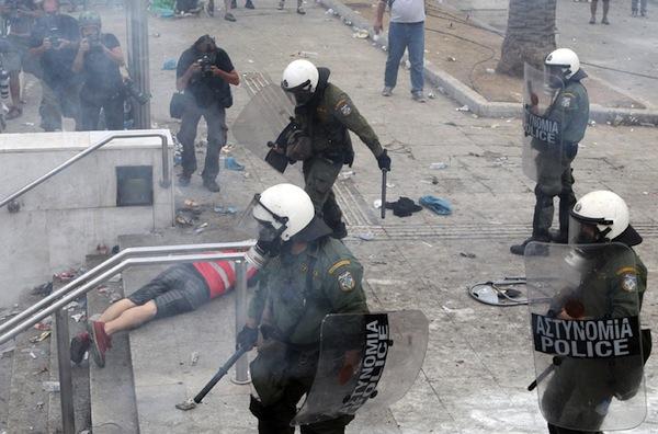 La lucha de Grecia contra el saqueo en unas imágenes de impacto  Mat-travmatias