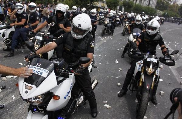 La lucha de Grecia contra el saqueo en unas imágenes de impacto  Yw4egews