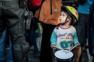 CaixaMordor niño con el tambor junto a policía may 12