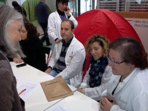 Signant en nom de Dempeus i propi per la no privatització de l'Hospital Clínic. Foto: Zé Moreira