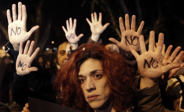 Protestas-puerta-Parlamento-Chipre-mientras-votaba-condiciones-rescate